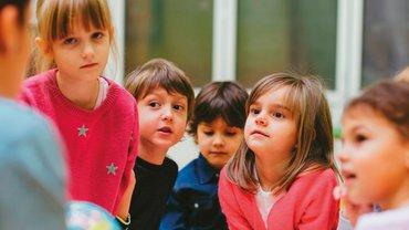 Abbildung zeigt eine Gruppe Kinder
